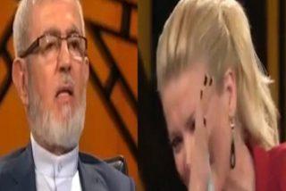 Así se tronchaba la bella presentadora turca, escuchando al clérigo islámico disertar sobre los males del sexo oral