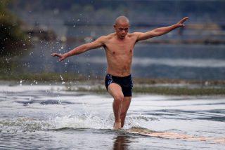 El increíble monje de Shaolín que corre por encima del agua