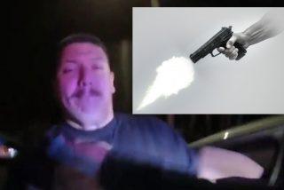El pandillero simula cooperar, baja del coche y dispara por sorpresa a una policía, pero lo acribillan