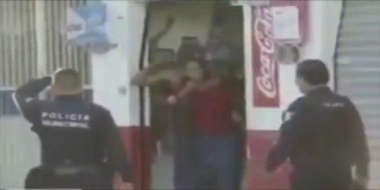 La policía acribilla sin piedad al patosos atracador que corre tras haber tomado a una mujer como rehén