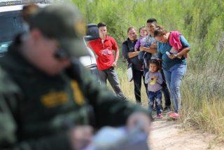 Un agente de la 'Migra' detiene en la frontera a una familia de inmigrantes hispanos que intentaba entrar en EEUU.