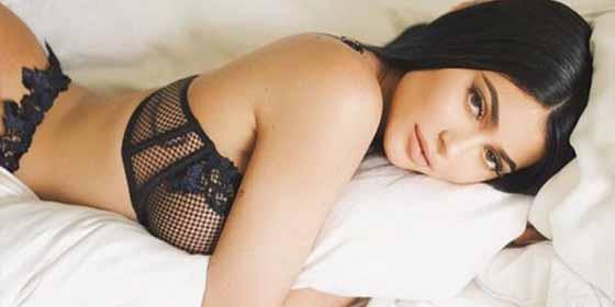 Kylie Jenner se pone un sexy liguero rojo para esperar la Navidad