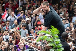 Los frenéticos festejos Marc Gasol en la NBA: Empinar una botella de cerveza de un trago y exaltar a los fanáticos de Toronto