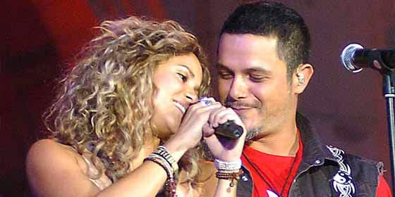 Las pícaras sonrisas entre Alejandro Sanz y Shakira que ponen a Pique como un toro