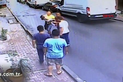 Un adolescente se convierte en héroe: Salva a una niña de dos años que cayó de un balcón en Estambul