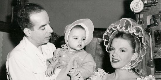 El director Vicente Minelli, Liza Minelli y Judy Garland en una foto de 1946.