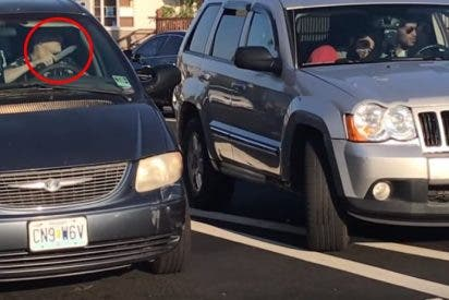 Vídeo: Un conductor violento amenaza con cuchillo a otros coches