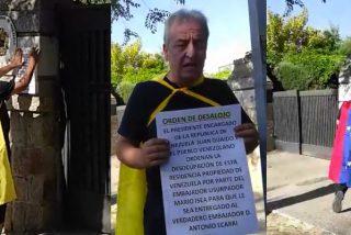 """Vídeo: Alberto Casillas entrega una 'orden de desalojo' al """"usurpador"""" de la embajada venezolana en Madrid, Mario Isea"""