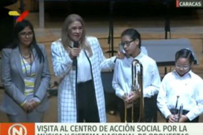 Una pequeña violinista llora después de ser engañada por la esposa de Nicolás Maduro