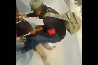 Vídeo: Narcos matan a un oficial mexicano, arrastran su cadáver y revientan su cráneo a balazos
