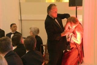 Vídeo: La brutal agresión de un parlamentario británico a una ecologista