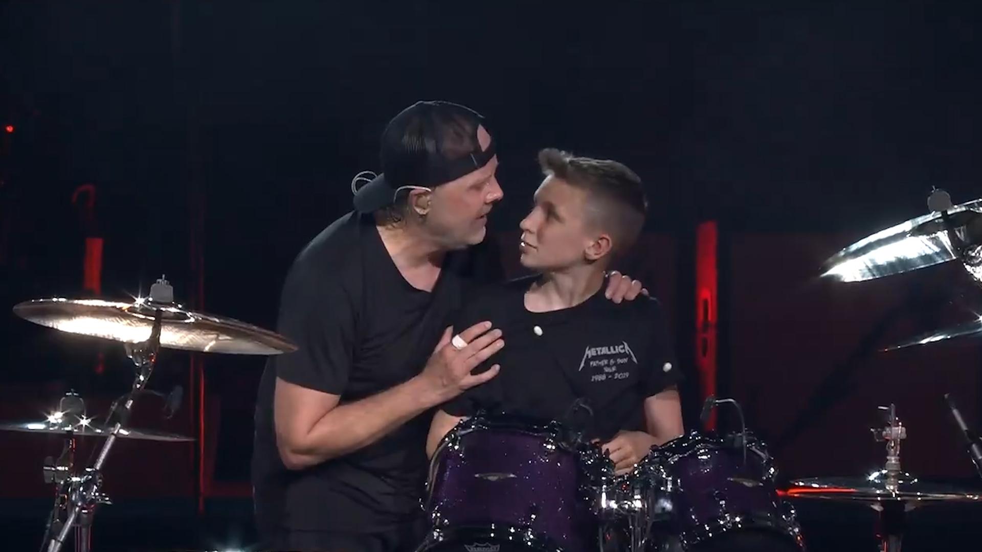 Metallica invita a un fan al escenario por ser su cumpleaños y él se 'roba' la batería de Lars