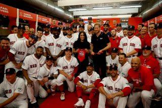 Así fue la aparición sorpresa de Meghan Markle y el príncipe Harry en un partido de béisbol