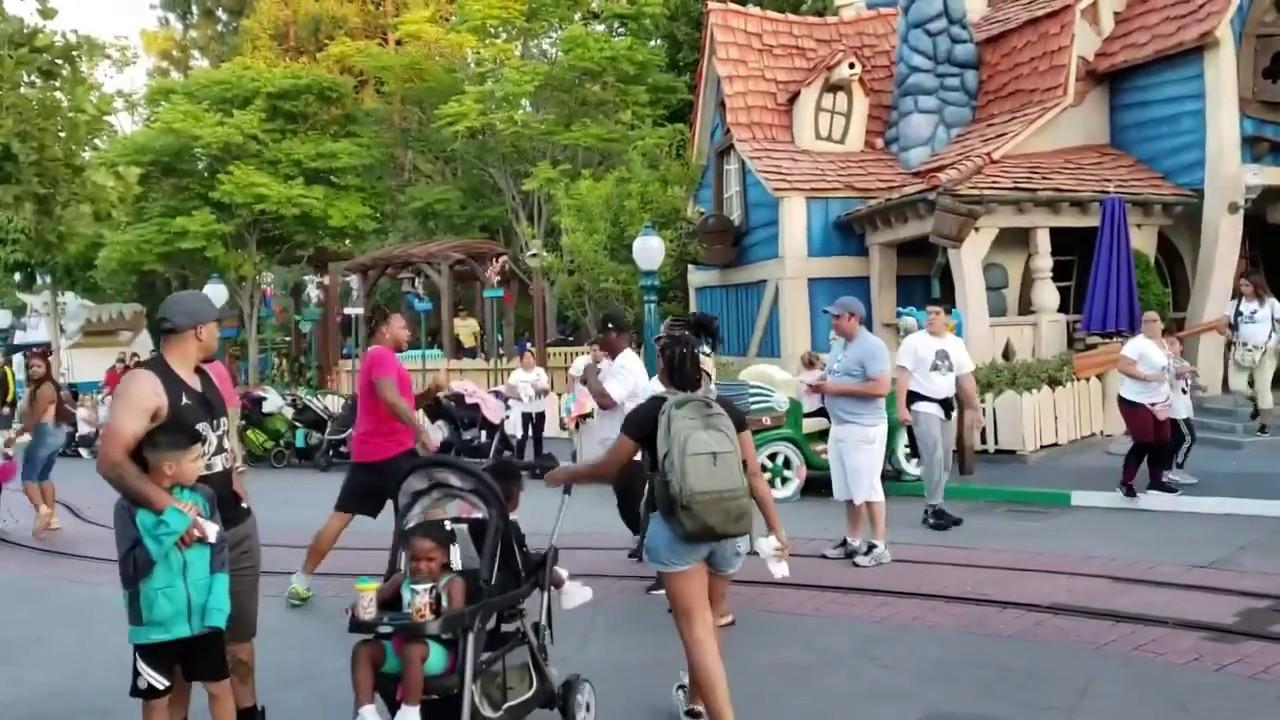 Brutal violencia en Disneyland: Un hombre golpea a toda una familia en la 'casa de Mickey'