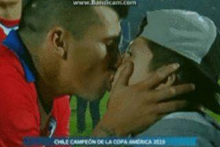 ¡Indignación!: El jugador chileno que generó la expulsión de Messi besó a su hijo en la boca y explotaron las redes