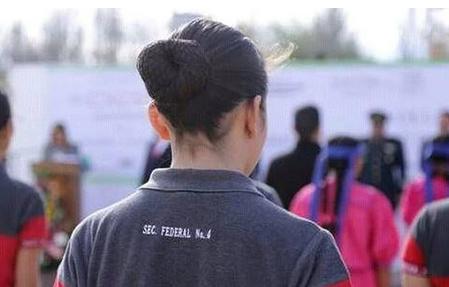 Expulsan a una niña de su escuela por hacer memes y stikers de sus profesores