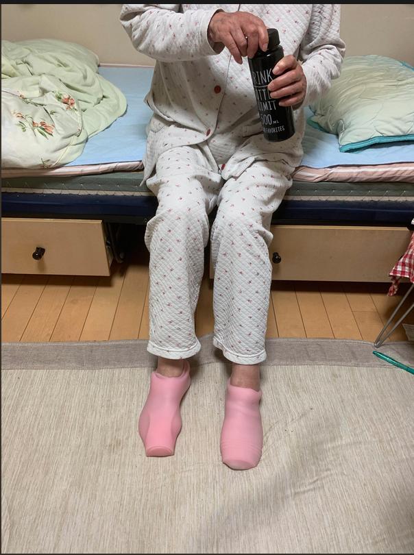 Una inocente abuela confunde juguetes sexuales con calcetines térmicos y la lía