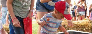 Un niño se escapa a bordo de su tractor de juguete hasta la feria del condado