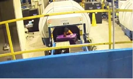 Vídeo: Un niño de dos años se sube a la cinta de equipajes y desaparece por varios minutos