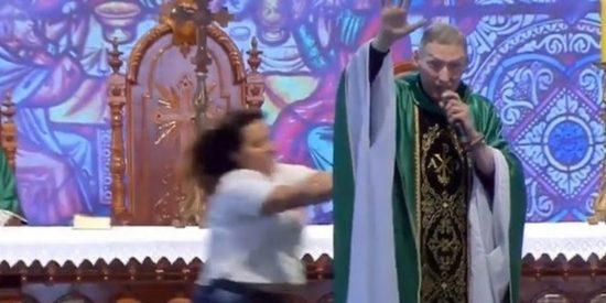 Una mujer enfurecida embiste al sacerdote y lo tira al suelo en plena misa
