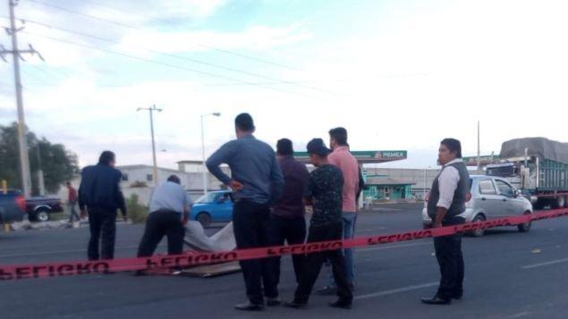 Un niño que vendía chicles para vivir muere al caer de un bus