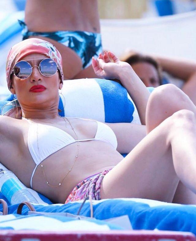 Jennifer López opaca a Yanet García y las Kardashian con su diminuta tanguita playera