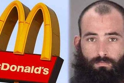Arrestan a un hombre en Florida por atacar a su pareja con sobrecitos de salsa de McDonald's