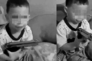 Guardería socialista: Un hombre le enseña a su hijo a manipular un arma de fuego en la Venezuela chavista