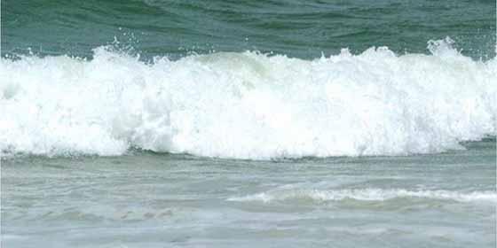 Las olas se tragan al padre que jugaba con sus 4 hijos y devulven el cadaver con el cuello fracturado