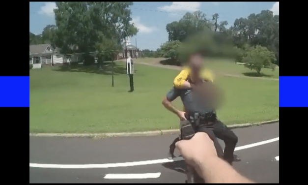 Vídeo: El impactante instante cuando los policías matan a un hombre que los atacó con un cuchillo