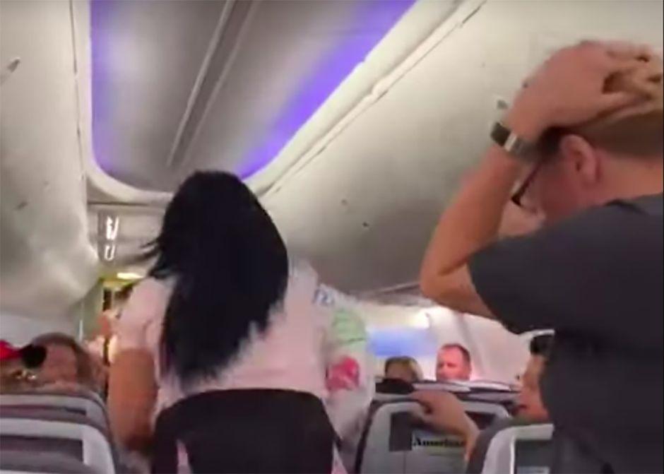 Vídeo: Una loca celosa golpea a su pareja con un ordenador por mirar a otras mujeres en vuelo de American Airlines