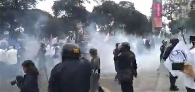 Perú: La Policía reprime con gas lacrimógeno a los médicos que pedían más medicamentos