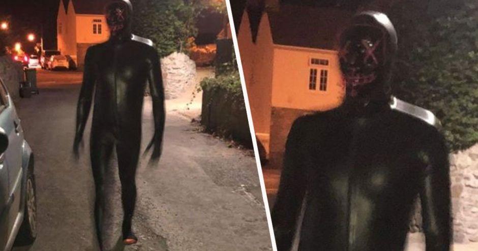 Un pervertido se pasea por un barrio vestido con un traje negro de látex y tocándose los genitales