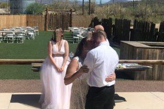 La peor boda del año: La suegra llega vestida de blanco y se 'roba' al novio
