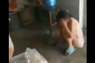 Vídeo: El doloroso castigo con un palo que recibe una pequeña niña