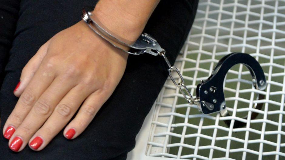 EEUU: La policía obliga a una mujer a dar a luz esposada y ésto fue lo que sucedió