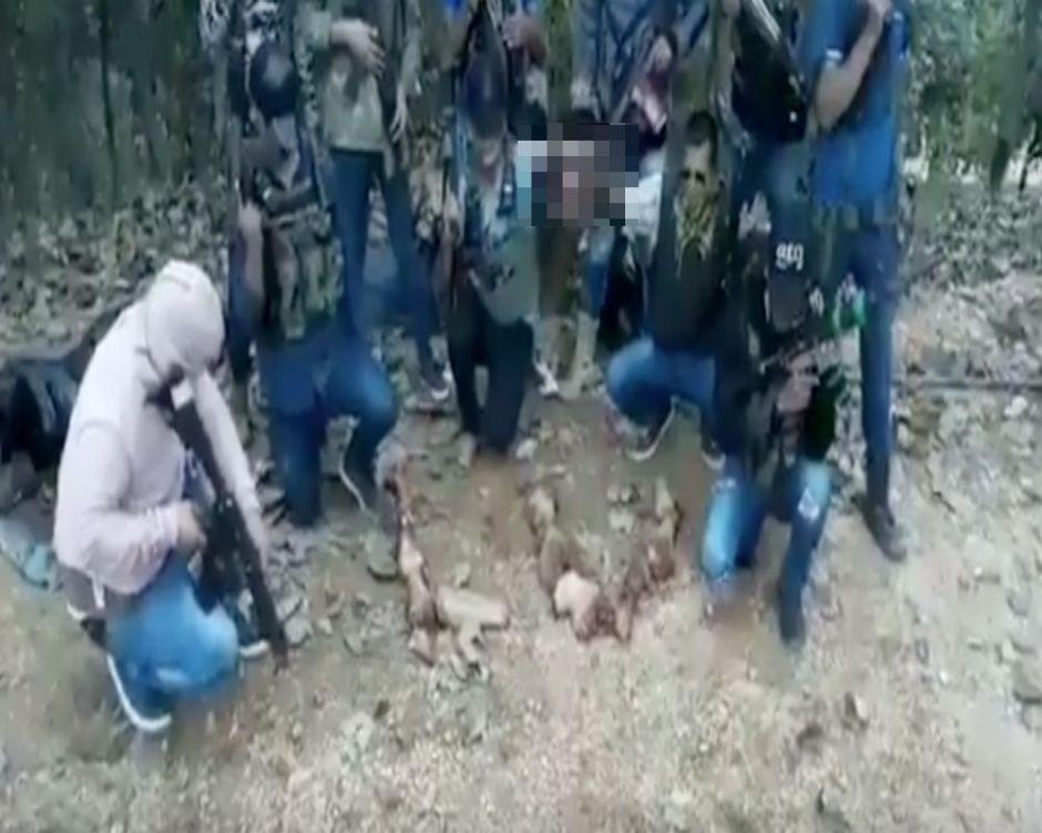 """Vídeo: Narcos mexicanos juguetean con una víctima decapitada por """"extorsionar"""" a quien no debía"""