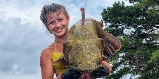 La hermosa 'sirena' que pesca extrañas criaturas de un lago con sus propias manos