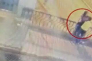 Vídeo: Una pareja se besa en un puente, resbala y muere tras caer al vacío