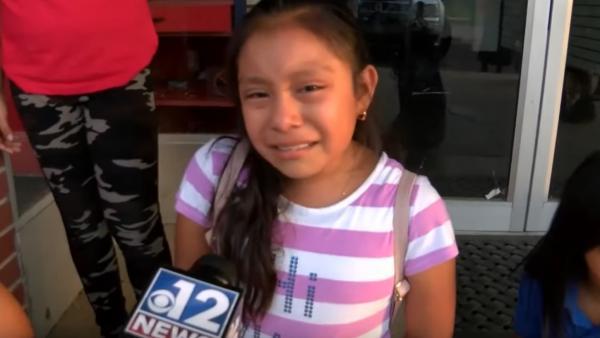 """""""¡Deja que sea libre!"""": La desesperada súplica de una pequeña inmigrante a Trump para que no deporten a su padre"""