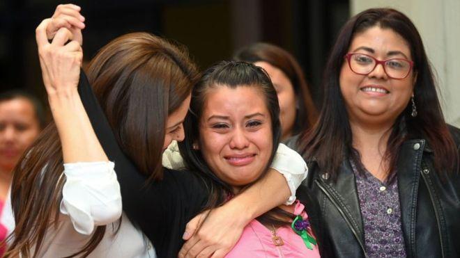 El Salvador: La justicia absuelve a la joven acusada de matar al bebé que dio a luz tras ser violada