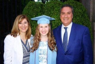 Un regalo destruye la paz de una familia: Descubre repentinamente que no es hija biológica de su padre
