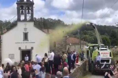 Los invitados de una boda huyen despavoridos cuando le arrojan confeti de desechos en lugar de arroz