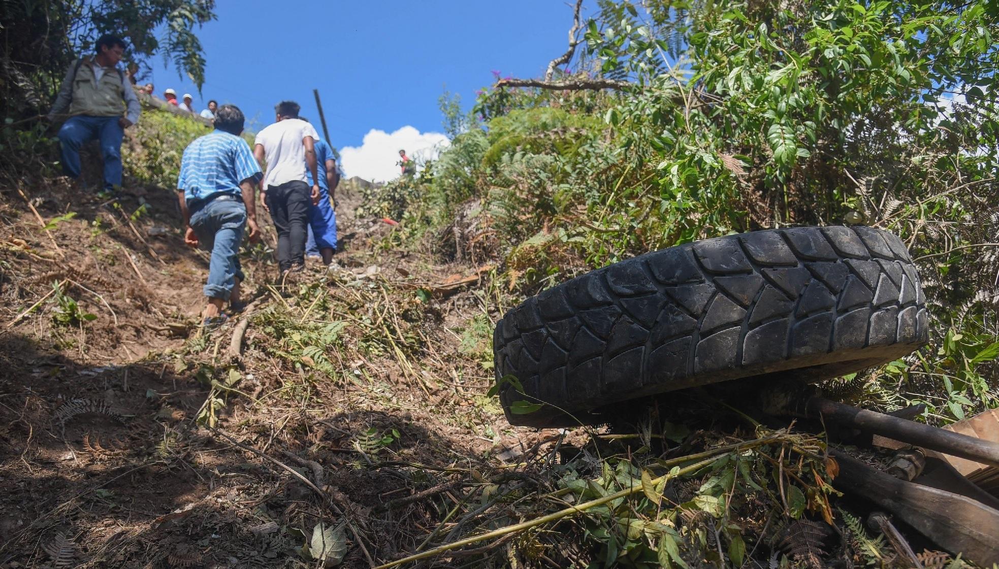 Bolivia: Al menos 14 muertos tras caer un autobús con una delegación médica por un barranco