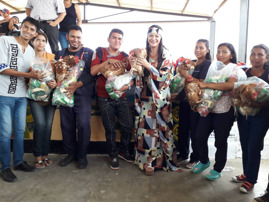 Una gallina viva y bolsas de comida: El 'premio' del chavismo a sus mejores estudiantes
