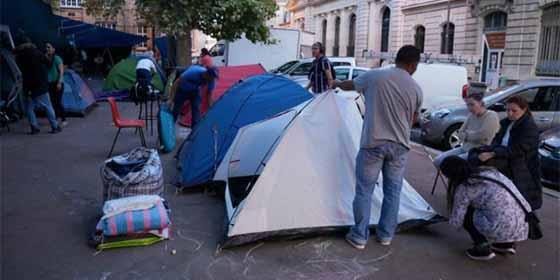 La crítica situación de 150 latinoamericanos que viven en las calles de Paris tras ser expulsados de una fábrica que ocupaban