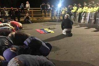La imagen desoladora que recorre el mundo: Venezolanos de rodillas para que les permitan entrar en Ecuador