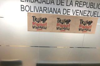 Exclusiva PD: Endeudada embajada chavista en Madrid financia la pegada de los carteles 'Trump desbloquea Venezuela'