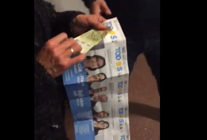 ¿Estafa del kirchnerismo para ganar a Macri?: Encuentran un sobre con un voto al peronismo y 500 pesos