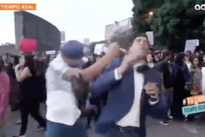 Vídeo: El instante cuando un grupo de 'feminazis' y un zoquete agreden a un reportero en México